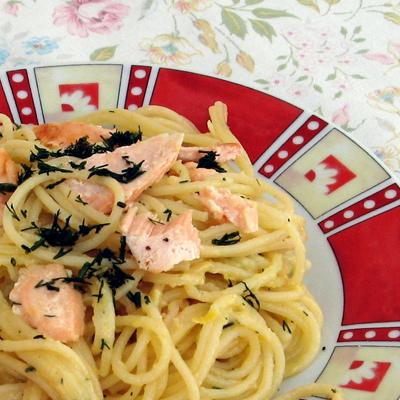 Špagety s lososom, citrónovou omáčkou a kôprom